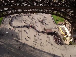 Filas de espera para subir à Torre Eiffel